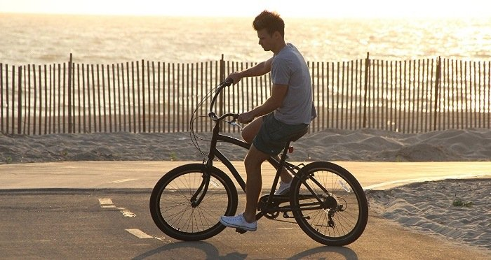 Sixthreezero EVRYjourney Men's 26-Inch 7-Speed Sport Hybrid Cruiser Bicycle on a Beach