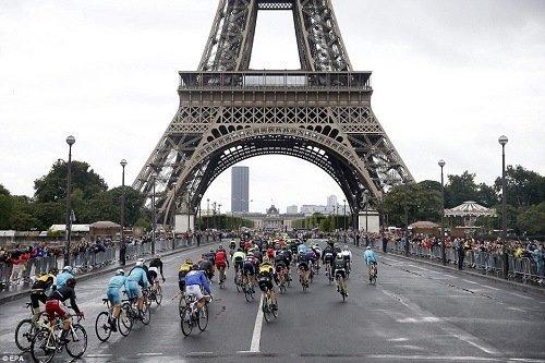 Tour de France race under the Eiffel Tower.