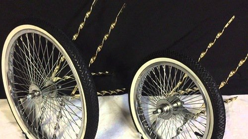 Two different sized wheels of a cruiser bike